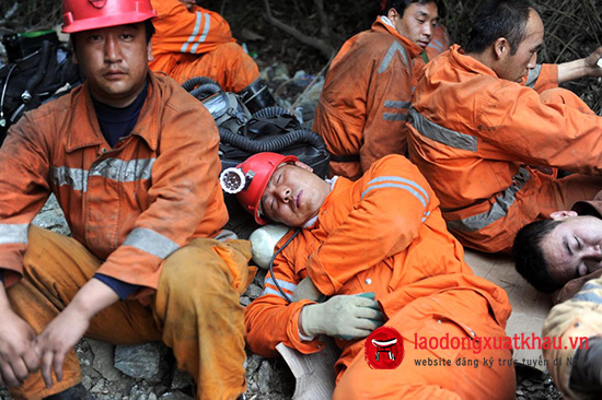 BEIJING, April 28, 2011  Rescuers have a break outside Changba Lead-Zinc Mine in Longnan, northwest China's Gansu Province, April 28, 2011. Five miners had died and one survived of carbon monoxide poisoning, while three others remained missing in a lead-zinc mine, according to local authorities on Thursday. (Credit Image: © Nie Jianjiang/Xinhua/ZUMAPRESS.com)